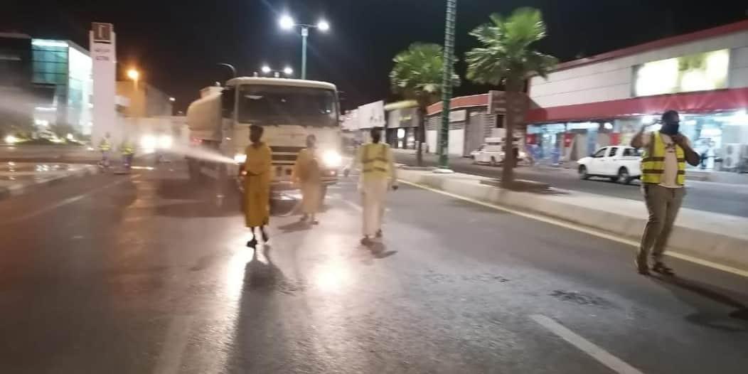 تعقيم ورش شوارع وميادين جازان لمكافحة كورونا