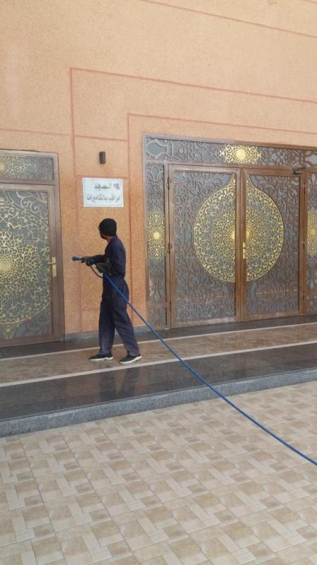 بلدية خميس مشيط تكثف أعمال تطهير وتعقيم المساجد استعدادًا لاستقبال المصلين