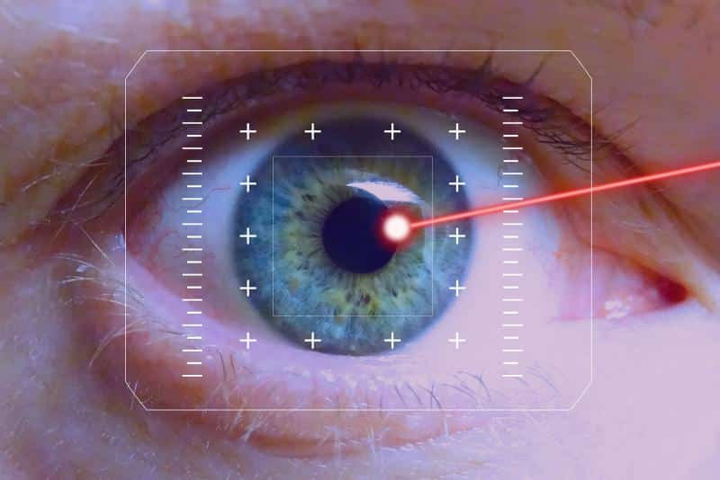 فحص العين يحدد إمكانية الليزر بعد الخمسين