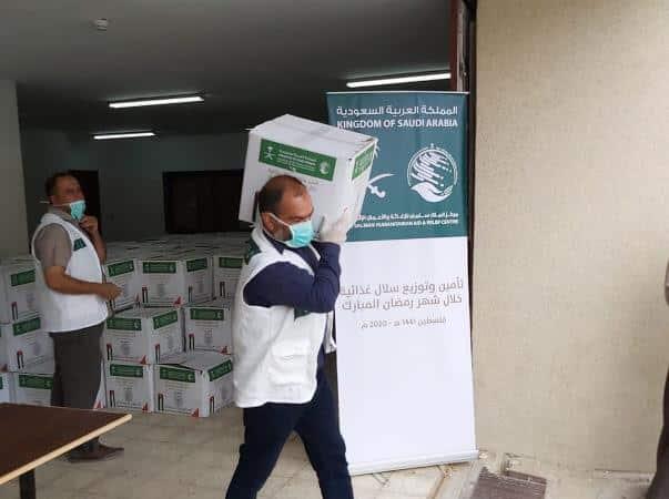 مركز الملك سلمان للإغاثة يوزع السلال الغذائية في الضفة الغربية وغزة