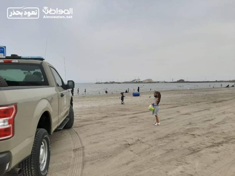 شاطئ جازان.. التزام بالإجراءات الاحترازية وكمامة على الرمال!