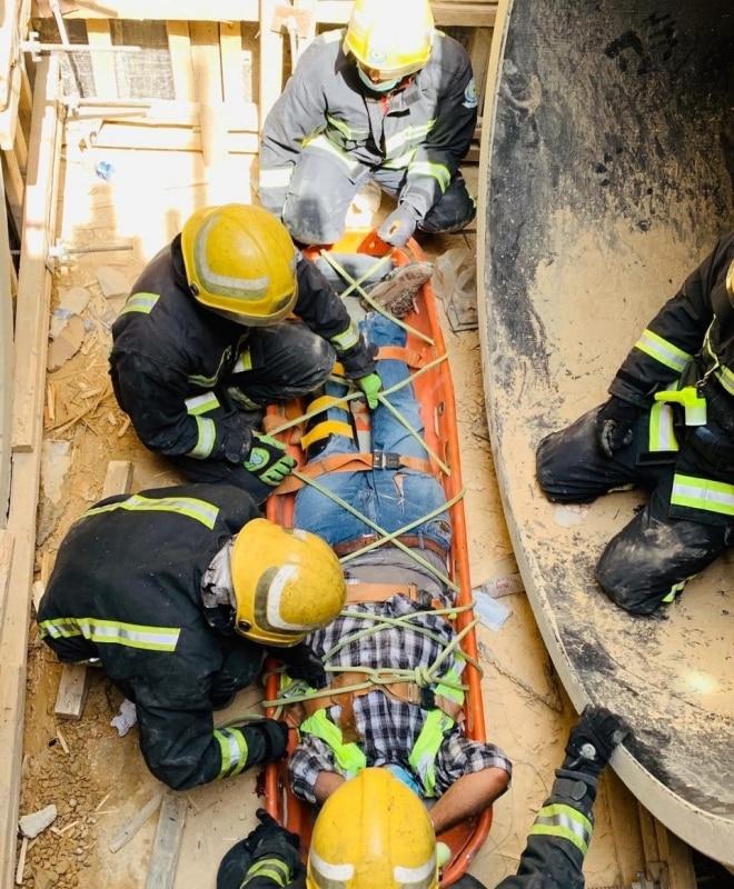 صور.. انتشال شخصين سقطا داخل منهل لتصريف السيول ببريدة