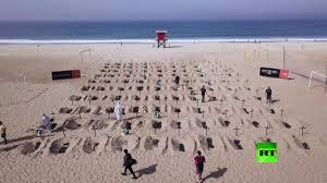 فيديو.. محتجون غاضبون يحفرون 100 قبر على شاطئ في البرازيل
