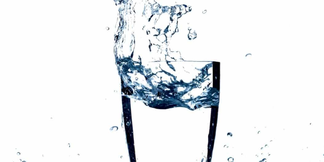 ماذا يحدث لجسدك عند شرب لترين من الماء يوميًا؟