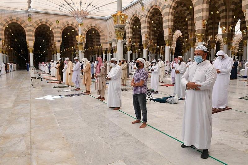 صور.. جموع المواطنين والمقيمين يؤدون صلاة الجمعة الأولى بالمسجد النبوي