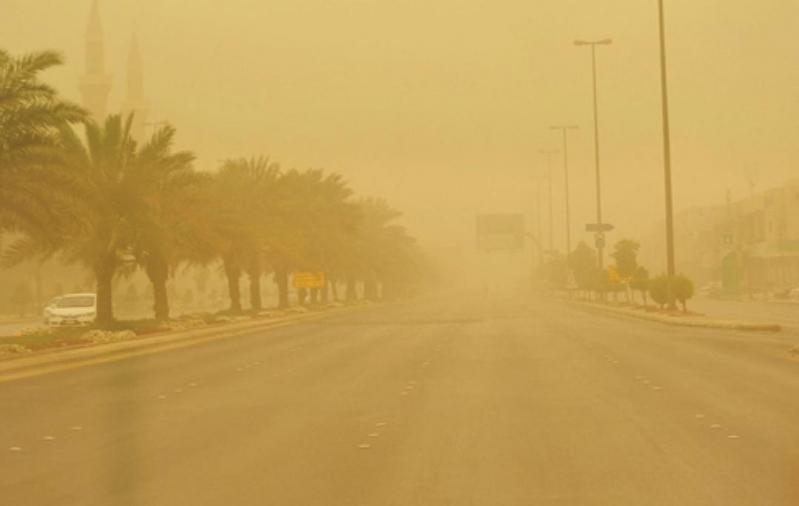 طقس حار مع أمطار رعدية وغبار غدًا