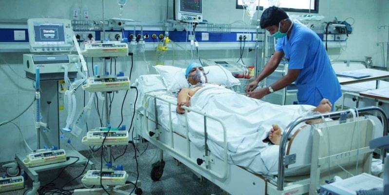 ما دلالة ارتفاع الحالات الحرجة في إصابات كورونا؟ طبيب يوضِّح