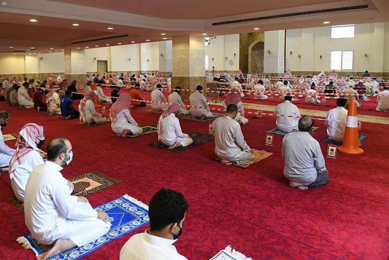 أهالي الطائف يؤدون صلاة الجمعة الأولى في 400 جامع ومسجد