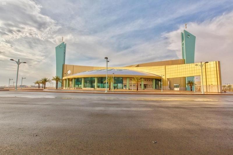 مسجد جامعة تبوك.. تحفة معمارية وإضاءة طبيعية بالحوائط الزجاجية - المواطن
