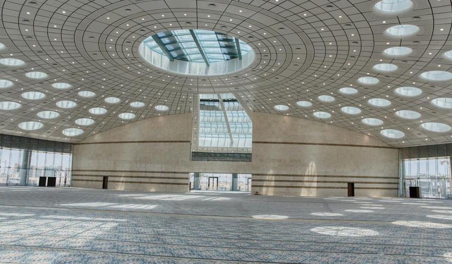 مسجد جامعة تبوك.. تحفة معمارية وإضاءة طبيعية بالحوائط الزجاجية