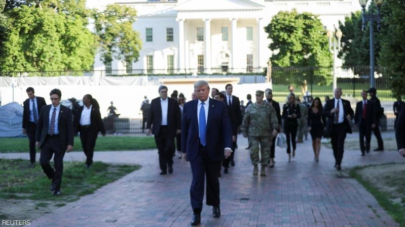 شاهد.. ترامب يترجل خارج البيت الأبيض بعد إلقاء كلمته