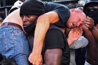 الكشف عن هوية الرجل الأبيض في مظاهرات السود .. صورة هزت العالم - المواطن