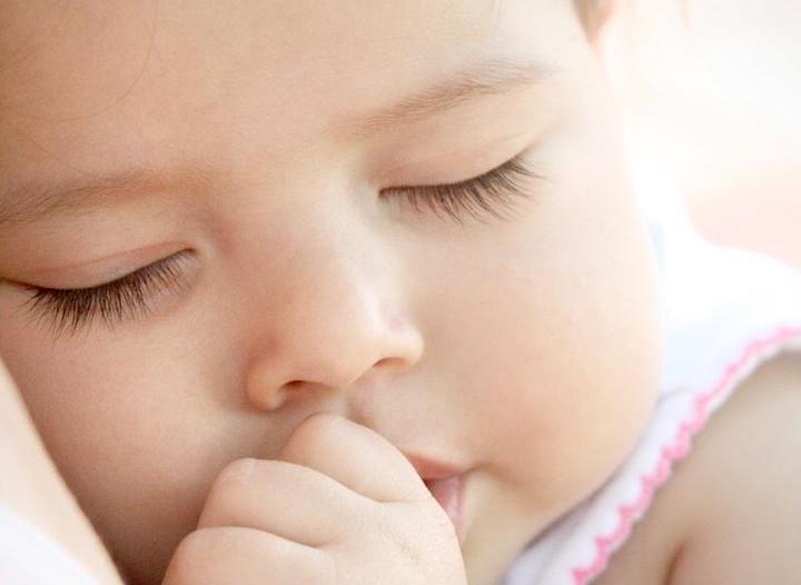 """استشارية أسنان لـ""""المواطن"""": هذه أسباب مص الطفل لأصبع الإبهام"""