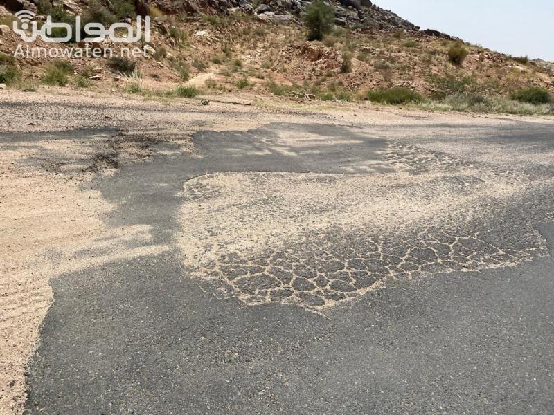 أكثر من 33 حفرة تتربص بعجلات المركبات على طريق هضب آل الشواط - المواطن