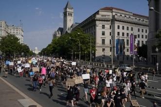 أطباء وممرضون ينضمون إلى آلاف المتظاهرين أمام البيت الأبيض - المواطن