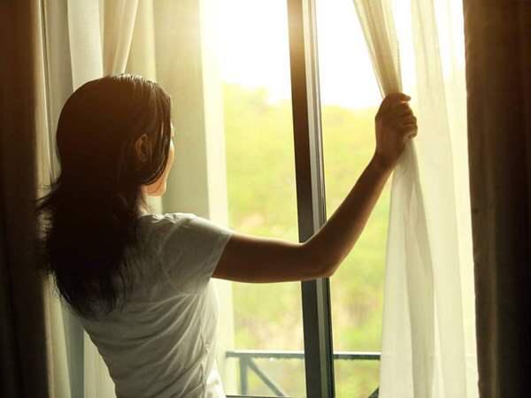 لهذا السبب ينصح بتشميس الغرف وفتح النوافذ