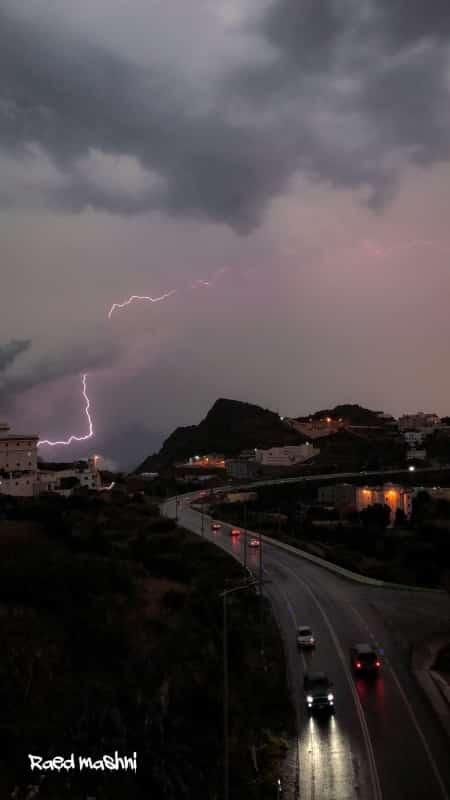شاهد.. البرق يرسم لوحة فنية في سماء الباحة