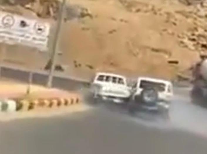 ضبط 4 مواطنين تورطوا بمضاربة جماعية بعد مطاردة في أحد رفيدة