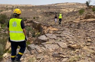 بالصور .. انقاذ مواطن سقط من أعلى جبل قهر بالريث - المواطن