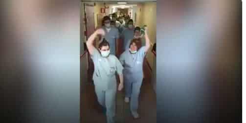 فيديو.. أطباء يحتفلون بتعافي آخر مريض وإغلاق قسم كورونا بمستشفى إيطالي