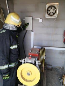 إنقاذ شخصين احتُجزا داخل مصعد في مبنى سكني بجازان