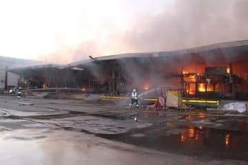 شاهد.. حريق هائل يلتهم سوق الخضار المركزي في سكاكا