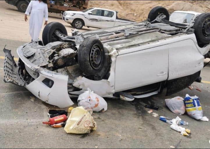 7 إصابات بانقلاب مركبة في المخواة منها 3 خطيرة