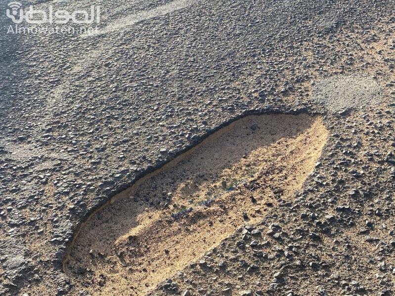 أكثر من 33 حفرة تتربص بعجلات المركبات على طريق هضب آل الشواط