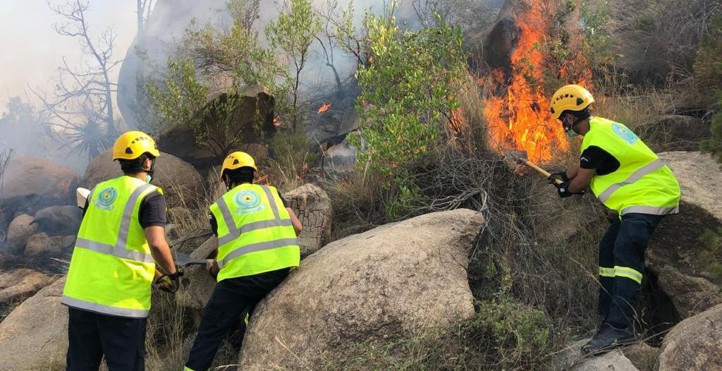 صور.. إخماد حريق استمر 24 ساعة بجبل ضرم في محايل