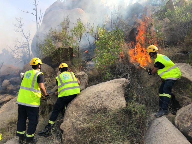 صور.. إخماد حريق استمر 24 ساعة بجبل ضرم في محايل - المواطن