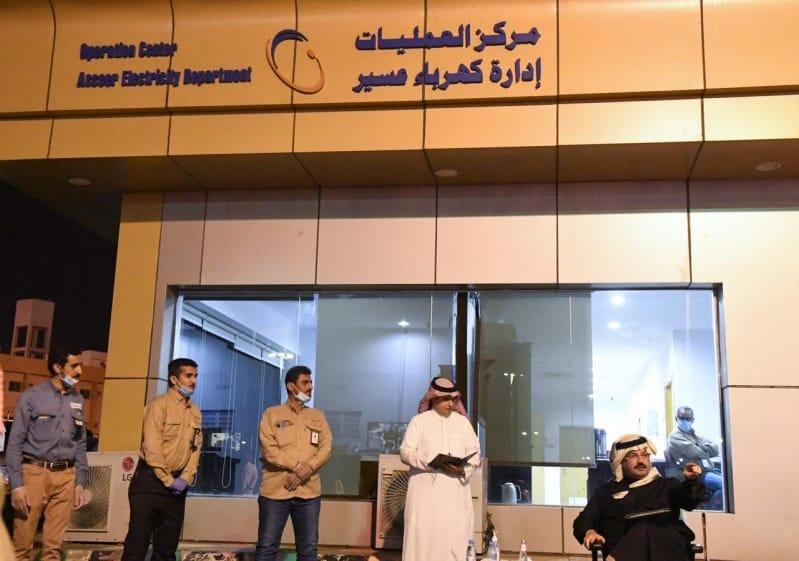 تركي بن طلال يزور مركز عمليات كهرباء عسير ويستعرض المشروعات