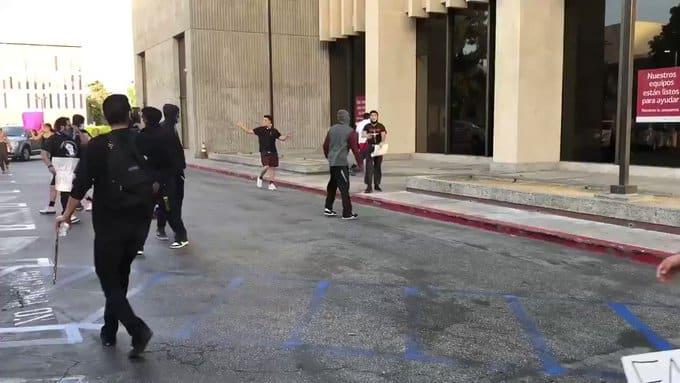 شاهد.. محتجون يقتحمون بنك أميركا في سان برناردينو في كاليفورنيا