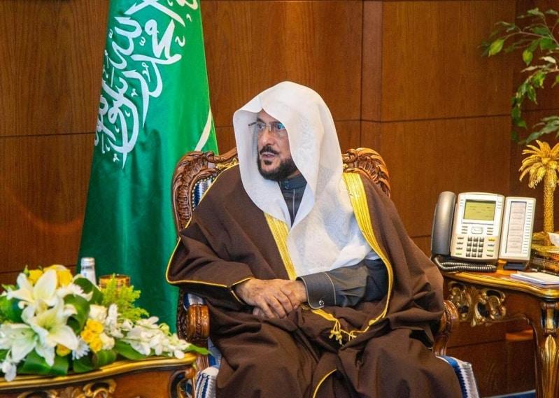 وزير الشؤون الإسلامية يواسي أسرة المؤذن العنزي ضحية كورونا