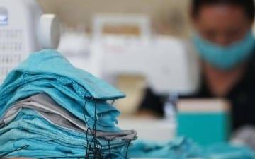 ضبط عمالة مخالفة تصنع الكمامات داخل سكن خاص بـ السيح