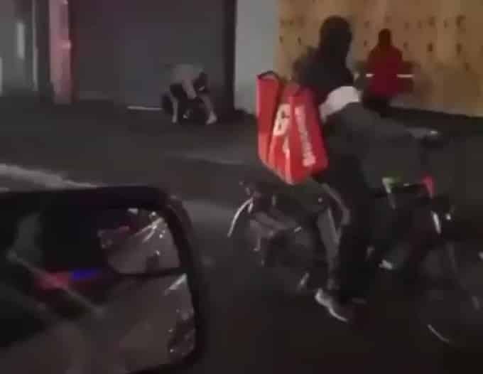 شاهد.. اعتداء محتجين على رجل شرطة في نيويورك