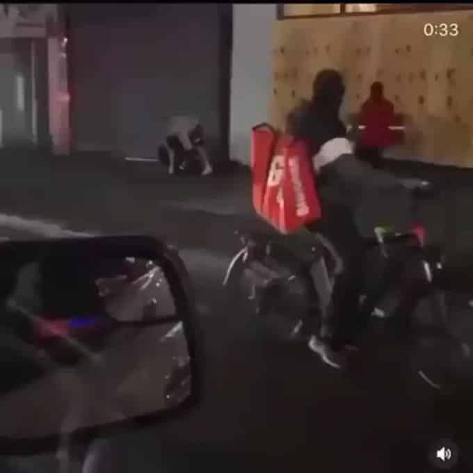 شاهد.. اعتداء محتجين على رجل شرطة في نيويورك - المواطن