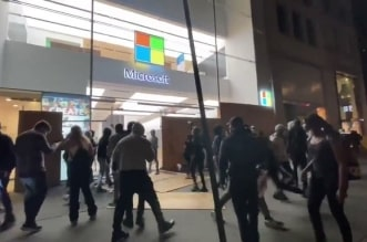 كوميديا احتجاجات أمريكا.. اختلف لصان فخطف ثالثهما الكمبيوتر وهرب - المواطن