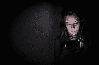 استخدام الهاتف ليلًا يزيد خطر الإصابة بـ سرطان الأمعاء