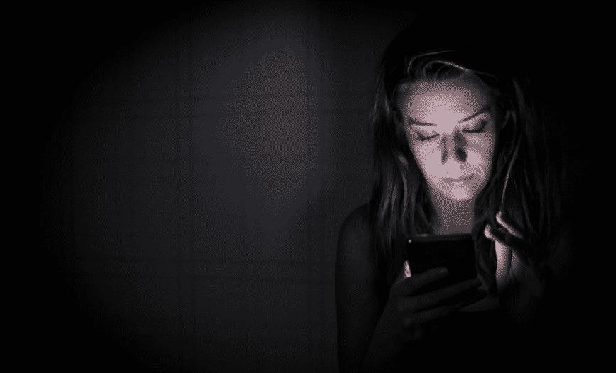 استخدام الهاتف ليلًا يزيد خطر الإصابة بـ سرطان الأمعاء بنسبة 60%