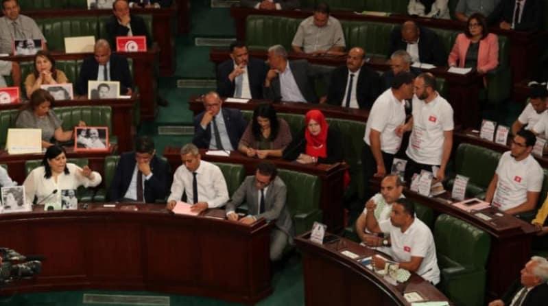 فوضى داخل البرلمان التونسي ومطالبات بسحب الثقة