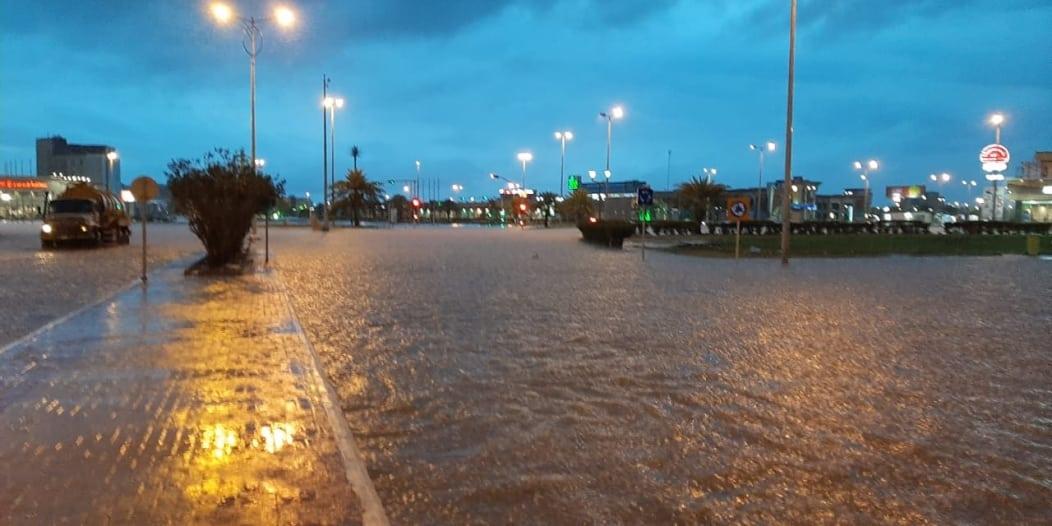 شاهد.. الأمطار تغرق المنطقة المركزية بكورنيش جازان!