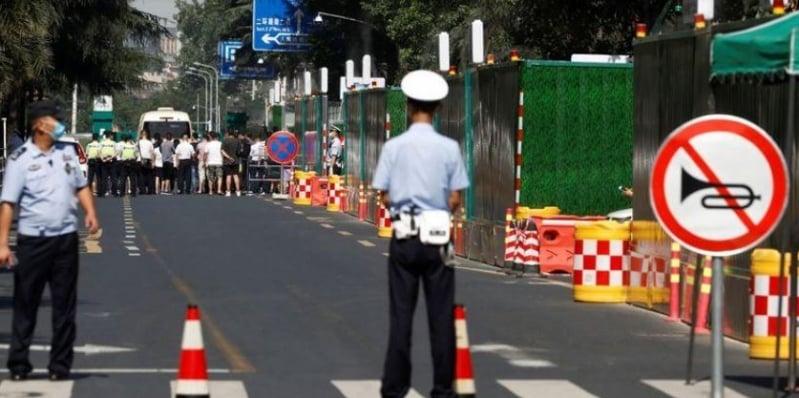 الصين تسيطر على القنصلية الأمريكية وتزيل العلم