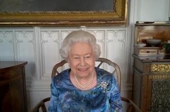 فيديو.. الملكة إليزابيث تدخل في نوبة ضحك بسبب جندي بريطاني - المواطن