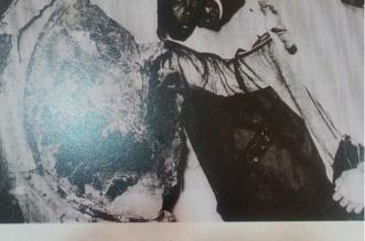 صورة نادرة للملك سعود لحظة وضع الإطار الفضي للحجر الأسود 1