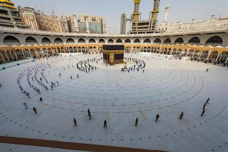 ضيوف الرحمن يؤدون طواف الإفاضة وسط أجواء إيمانية - المواطن