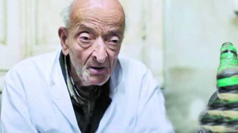 فيديو متداول.. طبيب الغلابة يبكي حزنًا على أحد مرضاه