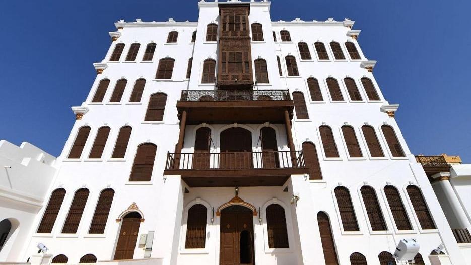 قصر شبرا التاريخي ذو حديقة الغناء والمكتبة والـ8 ملاحق