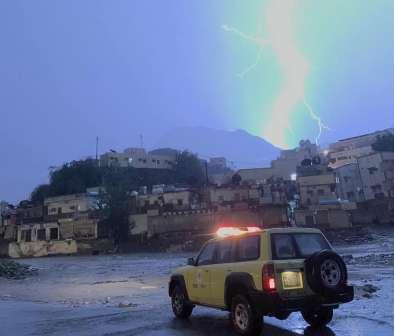 أمطار غزيرة وسيول على جازان.. والمدني: احذروا وراقبوا أطفالكم