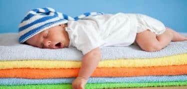 هل نوم الرضيع على بطنه خطر ؟ استشاري يجيب