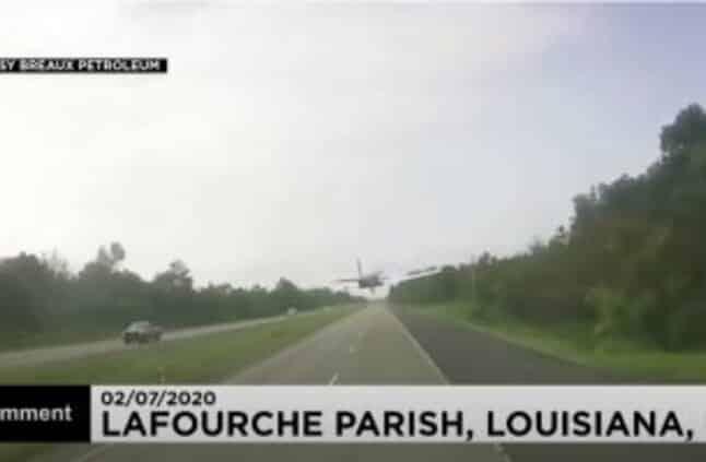 بالفيديو.. هبوط اضطراري لطائرة على طريق للسيارات في أمريكا